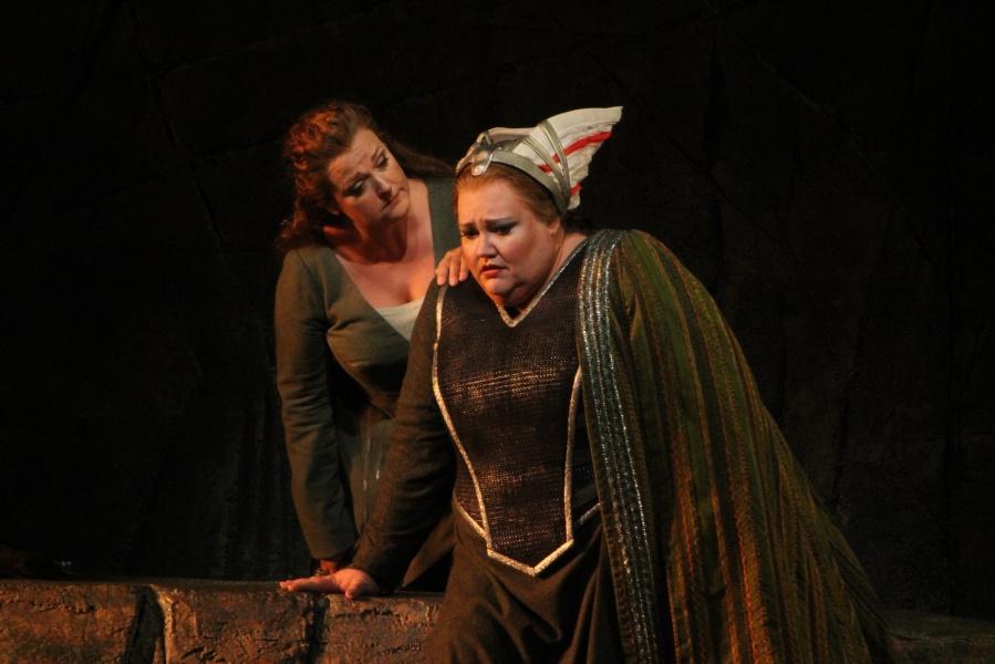 Wagner's Götterdämmerung; Alwyn Mellor (Brünnhilde) and Stephanie Blythe (Waltraute). © Alan Alabastro photo